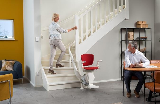 Dit trap blijft beloopbaar doordat de traplift in de binnenbocht is geplaatst.