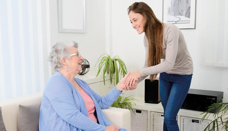 Vrijwilligers helpen eenzame ouderen.