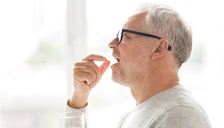 Meneer neemt medicijnen in tegen herniapijn
