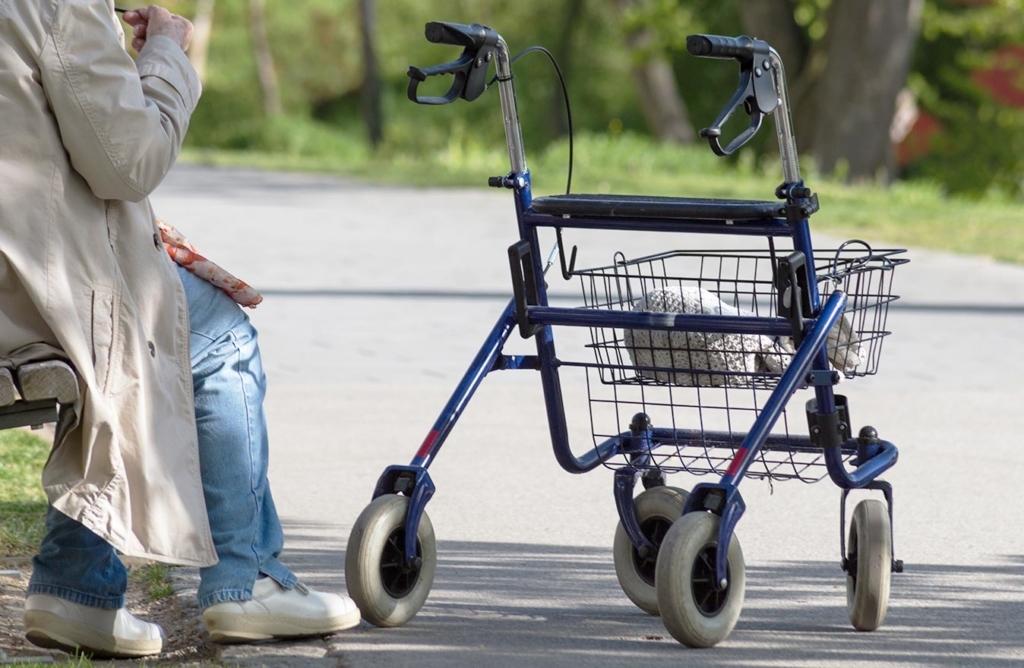 Rollators zijn hulpmiddelen voor valpreventie bij ouderen.