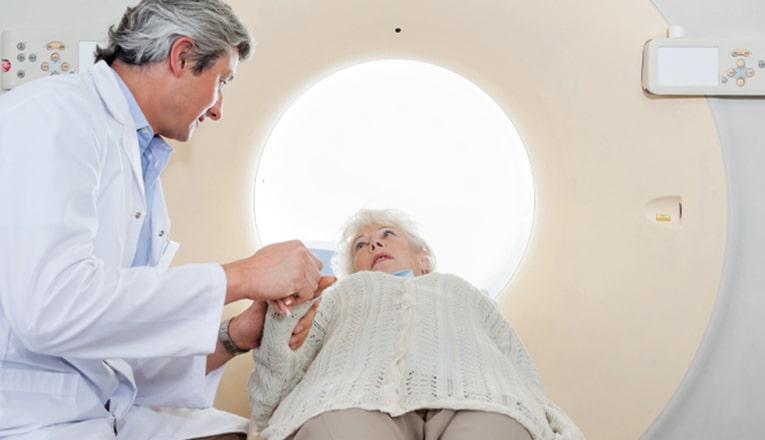 In het ziekenhuis maken artsen een CT- of MRI-scan van de hersenen om te kunnen zien wat de gevolgen van het herseninfarct zijn.