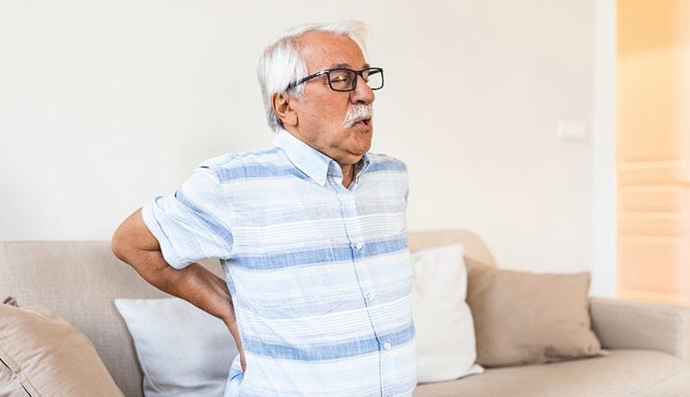 Meneer heeft last van zijn rug door een rughernia