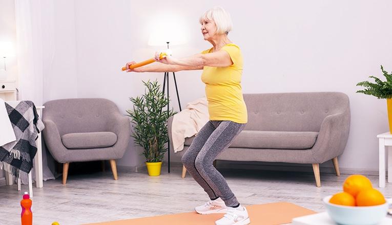 Squats is een fitnessoefening voor seniors.