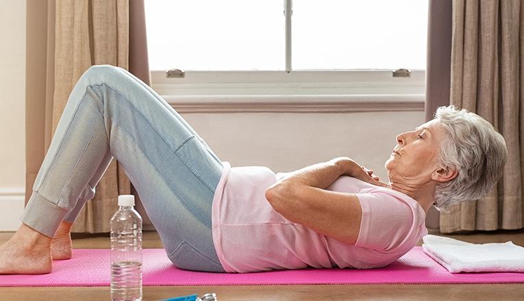 Sit-ups als fitnessoefening voor ouderen.