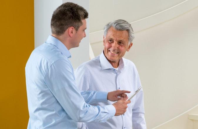 Notre conseiller vous rend visite à domicile sans engagement pour mesurer les escaliers et rediger une offre de prix exacte pour votre monte-escalier.