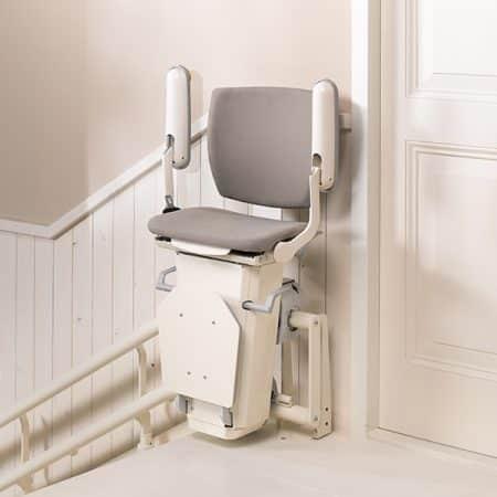 Le repose-pieds et le siège de l'Otolift Two sont rabattables de sorte que le monte-escalier est peu encombrant.