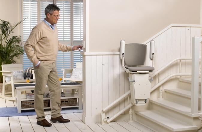 L'Otolift Two présente un design ultra compact, grâce aux rail fins et le repose-pieds et siège rabattables.