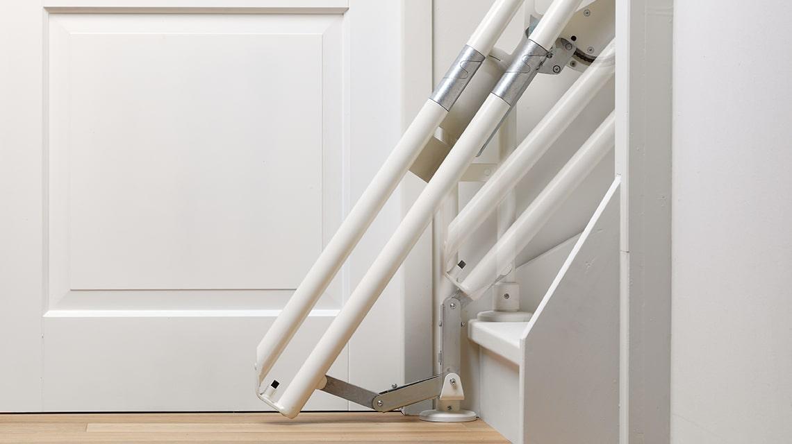 Si, en raison de manque d'espace en bas, il est difficile d'installer un monte-escalier, l'Otolift Two peut être pourvu d'un rail relevable coulissant.
